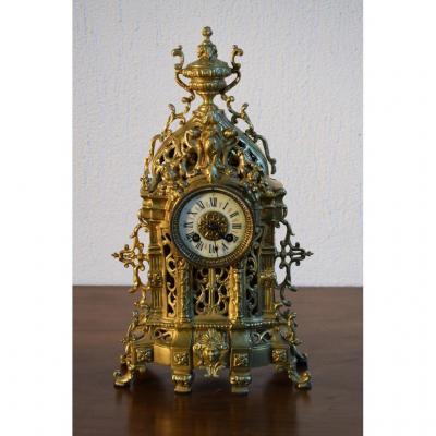 Pendule En Bronze De Style Gothique.