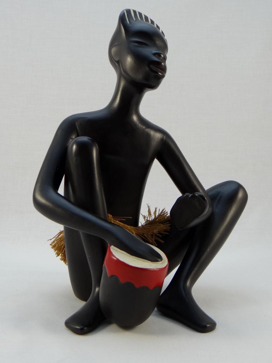 Statuette africaniste en céramique des années 1950. Gmundner, Autriche.