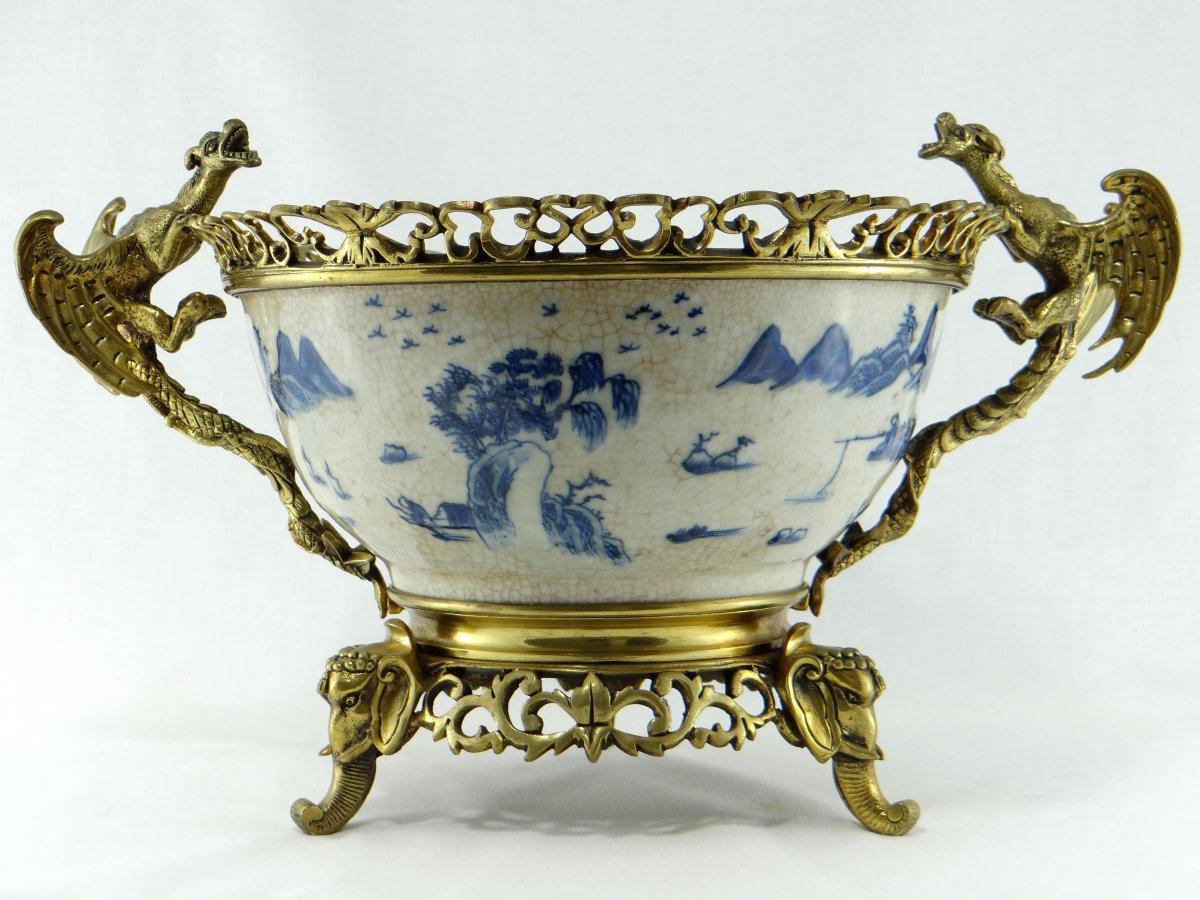 Chine, XIXème Siècle, Importante Coupe en Porcelaine de Nankin dans une Monture en Bronze Doré.