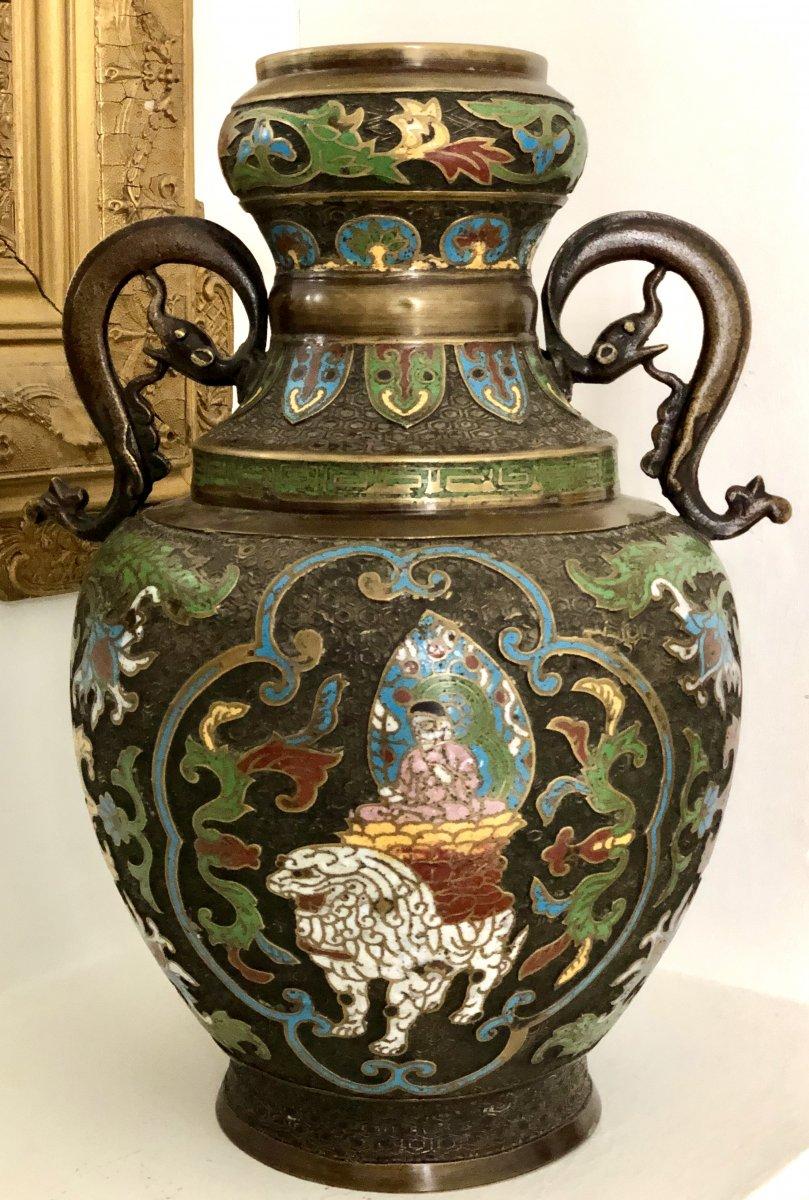 Japon, Fin du XIXème Siècle, Grand Vase en Bronze et émaux Cloisonnés Manjushri sur Lion.