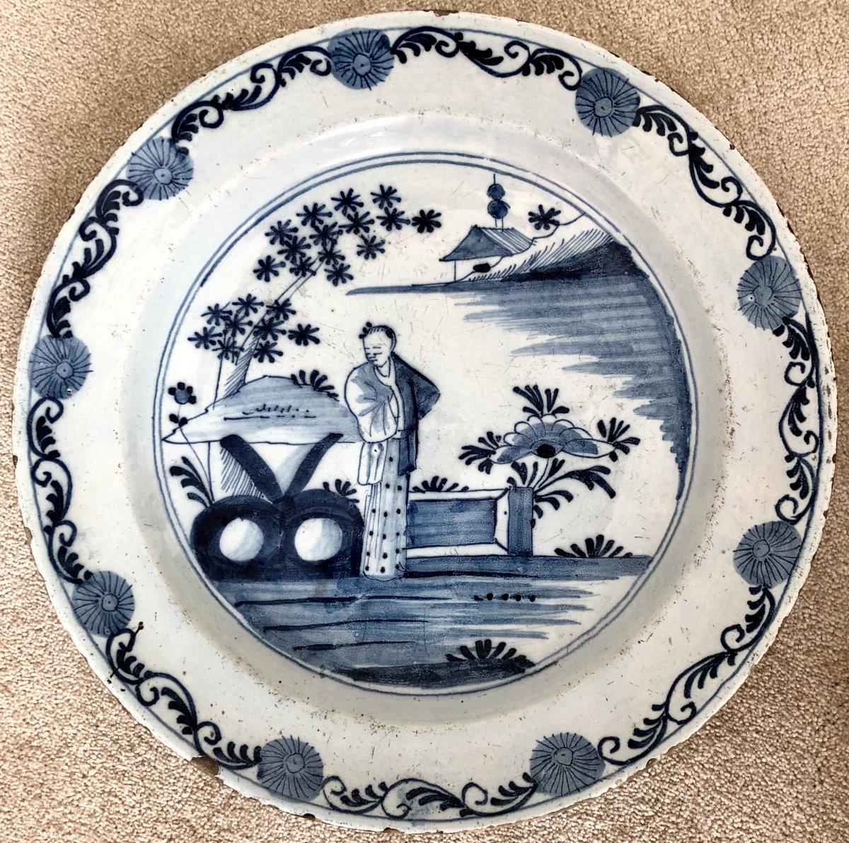 Delft, XVIIIème Siècle, Plat en Faïence Décor au Chinois en Camaïeu de Bleu.
