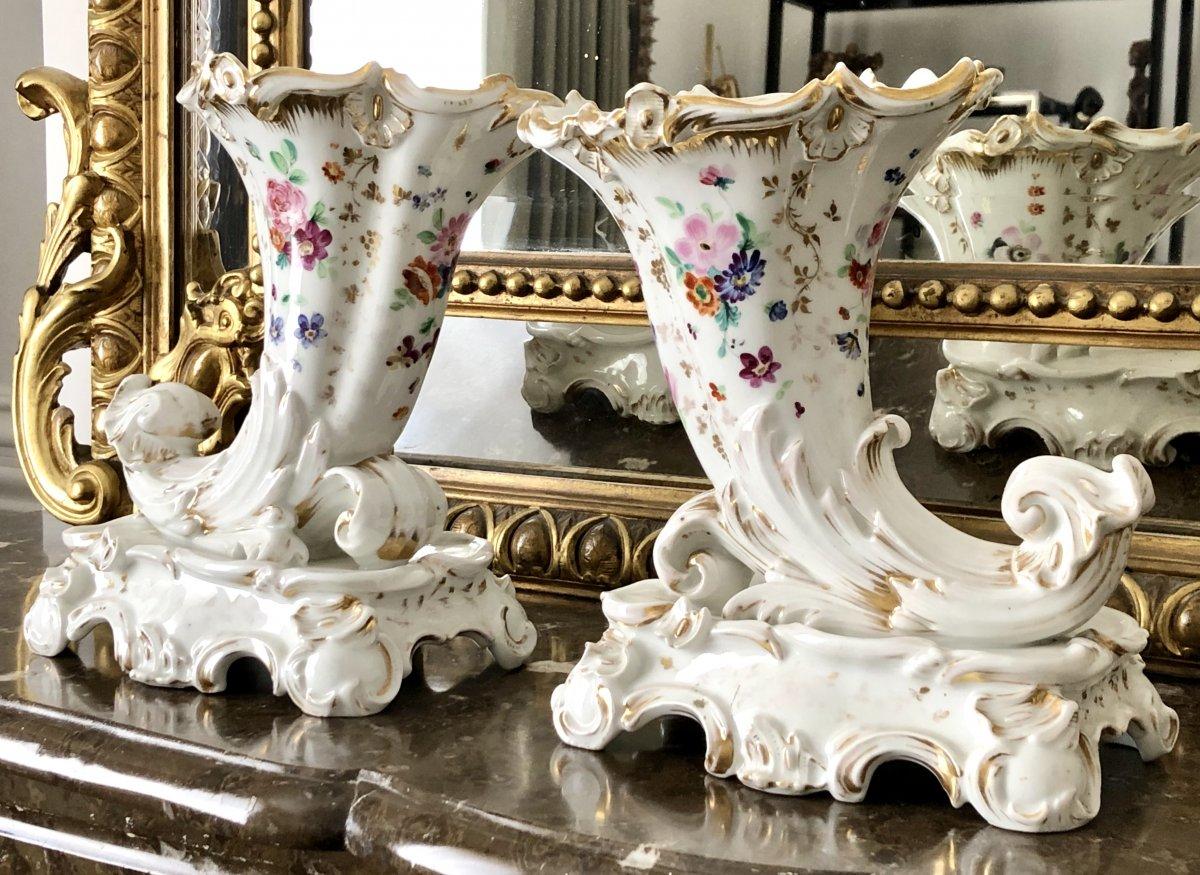 France, Années 1840, Paire De Bouquetières Porcelaine De Paris Forme Cornes d'Abondance.