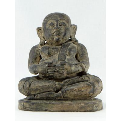 Chine Vers 1900 Voire Antérieur, Putaï Ou Bouddha Opulent en Terre Cuite Modelée.