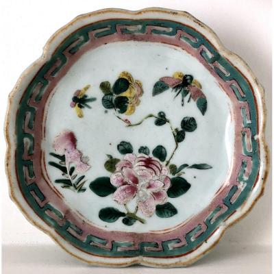 Chine, XIXème Siècle, Petite Coupe En Porcelaine En Forme De Lotus.