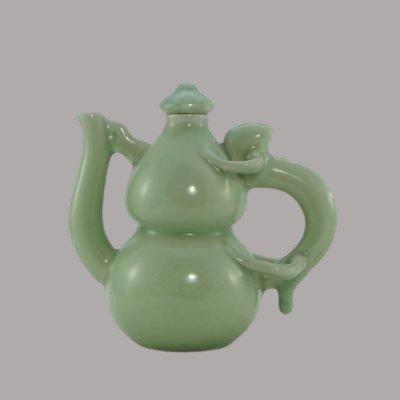 Chine, Milieu Du XXème Siècle, Théière En Porcelaine Céladon forme bilobée.