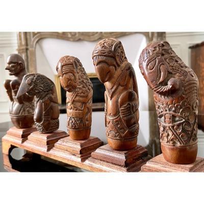 Indonésie, XIXème Siècle, Cinq Manches De Kriss En Bois Sculpté Décor Anthropo-zoomorphe.