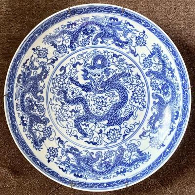 Chine, XXème Siècle, Plat En Porcelaine Bleu Blanc Décor Dragons Esprit Création ép. Yongzheng.