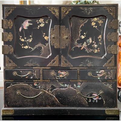 Chine, Fin Du XIXème Siècle, Grand Cabinet à Poser En Laque Burgauté.