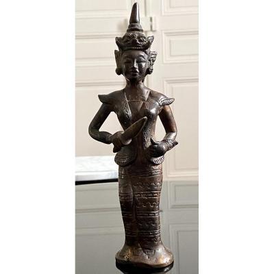 Birmanie, XIXème Siècle, Statuette En Bronze Personnage Féminin Au Poignard Cérémoniel.