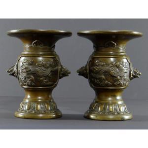 Chine, Dynastie Qing, XIXème Siècle, Paire De Vases En Bronze Motifs Dragons, Tortues, Coqs.