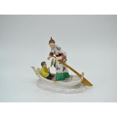 Asian Family On A Boat With Stork - Meissen 20th Century Porcelain