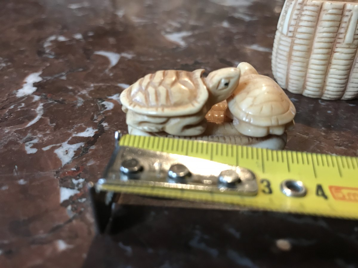 NETSUKE :  tortues sur le couvercle d'un panier ivoire Japon XXème siècle-photo-2
