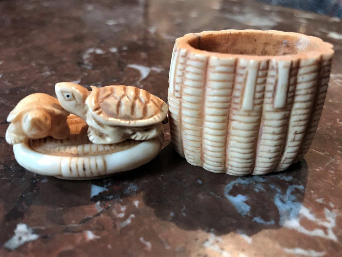 NETSUKE :  tortues sur le couvercle d'un panier ivoire Japon XXème siècle