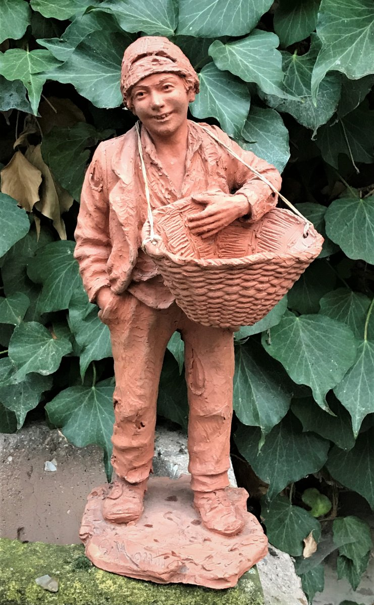 Sculpture en terre cuite : jeune homme en haillons portant un panier-photo-2