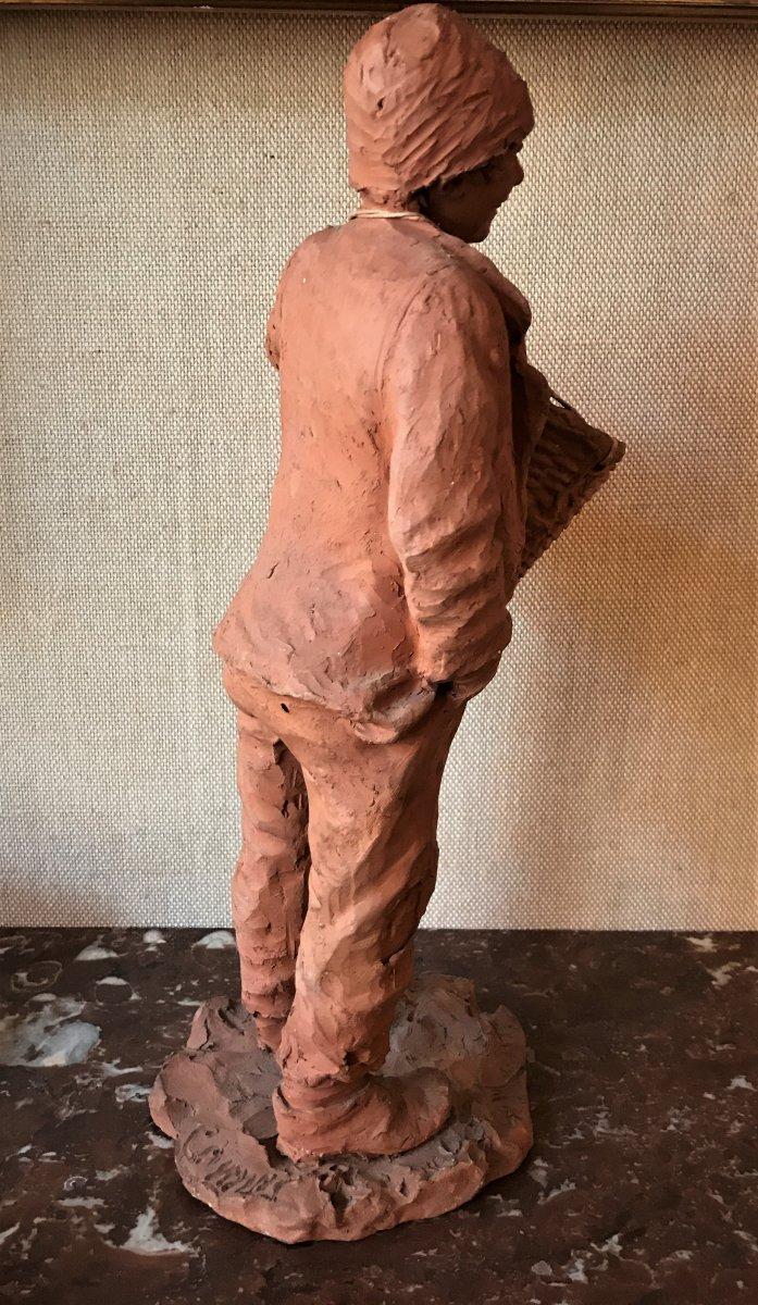Sculpture en terre cuite : jeune homme en haillons portant un panier-photo-3