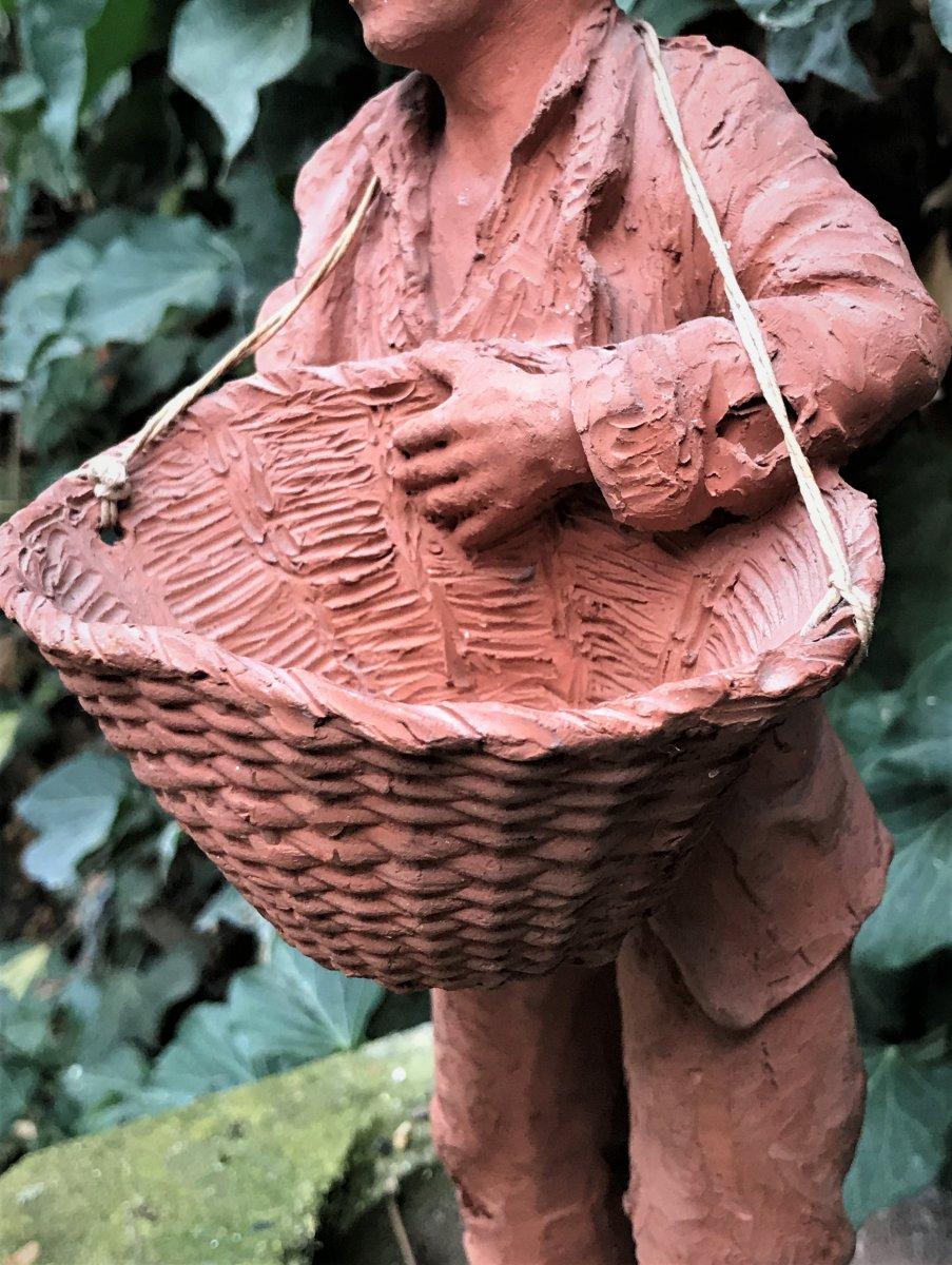 Sculpture en terre cuite : jeune homme en haillons portant un panier-photo-4