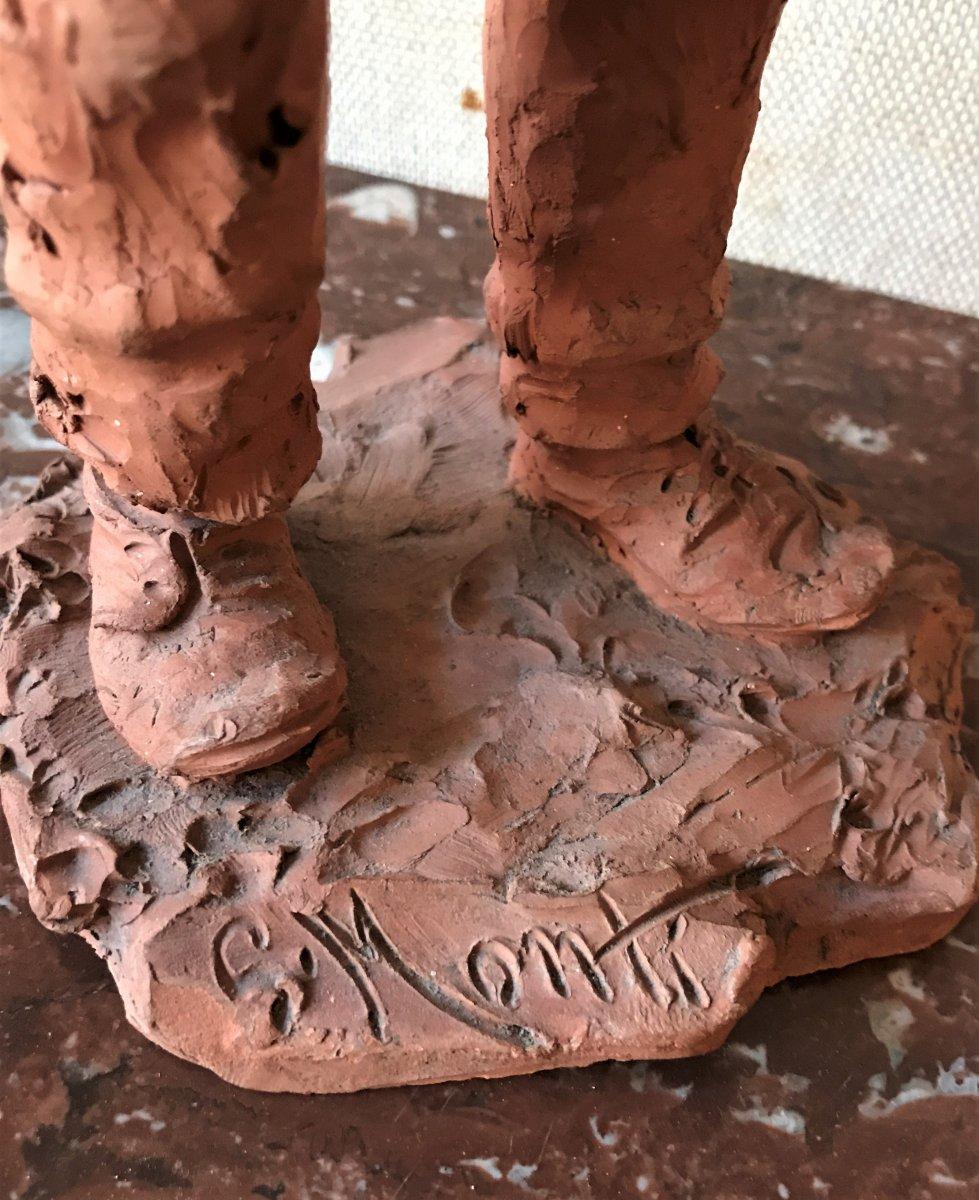 Sculpture en terre cuite : jeune homme en haillons portant un panier-photo-1