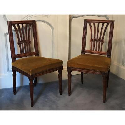 Paire de chaises d'époque Louis XVI en noyer mouluré