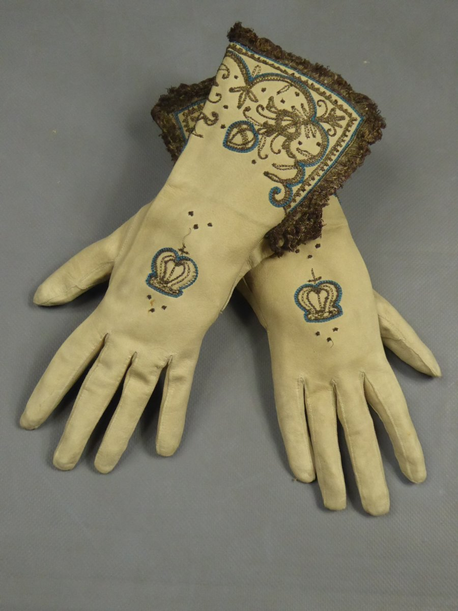 Pair Of Bishop Gloves In Suede Embroidered In The 17th Taste - England Late 19th Century