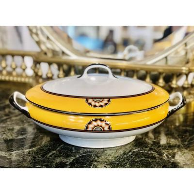 Very sought after, famous series of Limoges porcelain, Pompeii, published in memory at the Parisian goldsmith house Puiforcat.<br /> <br /> A soup tureen and its yellow cover.<br /> <br /> In a perfect state !<br /> <br /> Its dimensions with cover:<br /> <br /> Length 36 cm;<br /> Width 24 cm;<br /> Height 12 cm.