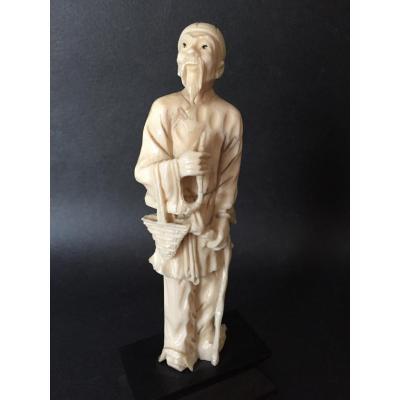 Okimono en ivoire, Chine circa 1910, M. Wang Vieux sage en habits traditionnels tenant une pipe