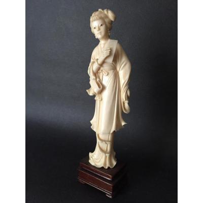 Okimono en ivoire, Femme lettrée, Chine, début XXe - circa fin dynastie Qing