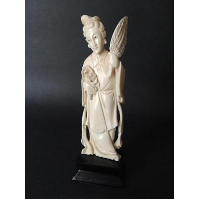 Fine statuette en ivoire, élégante femme chinoise à la pivoine et éventail, Chine début XXe