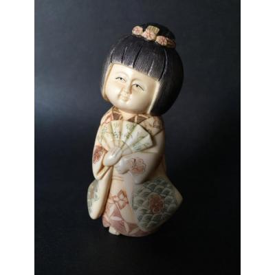 Okimono en ivoire polychrome, Japon, début XXe Taisho, Femme à l'éventail