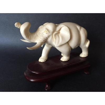 Okimono en ivoire, éléphant en marche finement ciselé, Chine, circa années 20