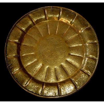 Important Tray Decorated With The Sun In Chiseled Copper, Central Asia, 19th Century