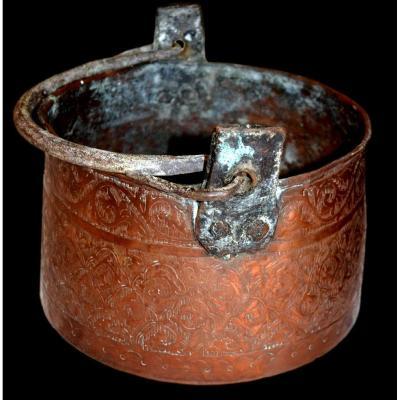Chaudron à anse en cuivre rouge ciselé, Maghreb, Algérie, XIXème siècle, bon état