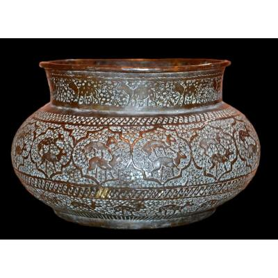 Important Indo-persian Copper Basin, Chiseled With Chitals, 19th Century, Very Good Condition