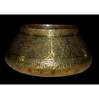 Tâs, Chiseled Brass Basin, Iran, From The 19th Century In Very Good Condition