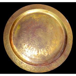 Important plateau ciselé, diamètre 88 cm, cuivre, Maghreb du début du XXème Siècle,
