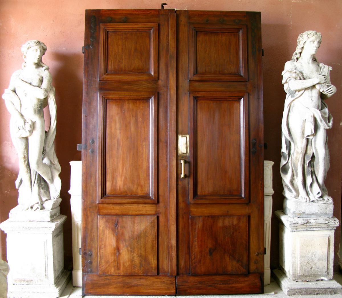 Porte d'Entrée Du XVIIIe Siècle En Noyer