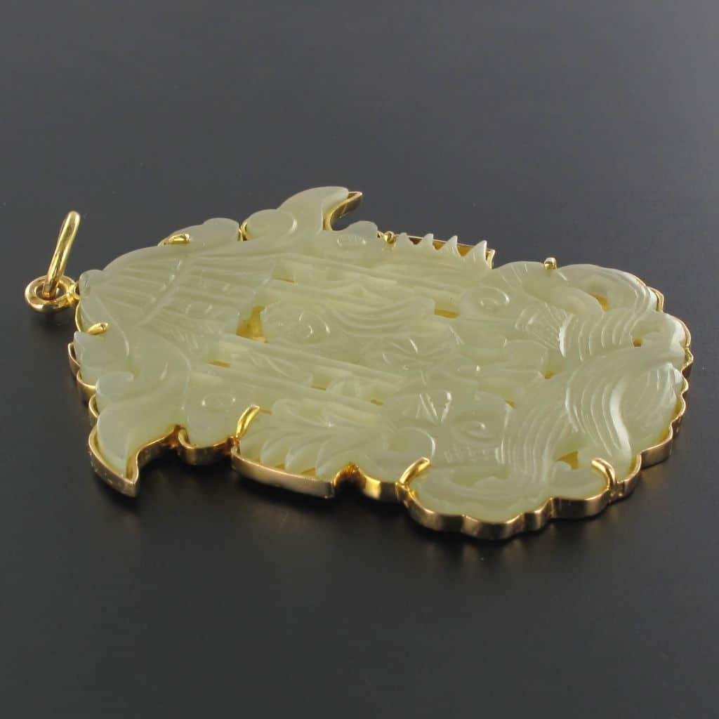 Pendentif ancien serti à 6 griffes sur une plaque d'or lisse au dos d'un jade de couleur vert d'eau. (c) BAUME, proantic